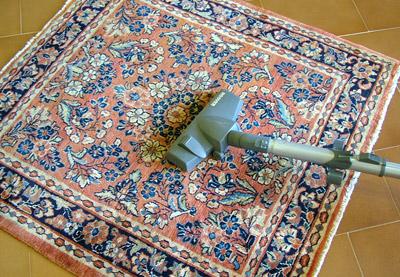 Pulizia del tappeto con aspirapolvere