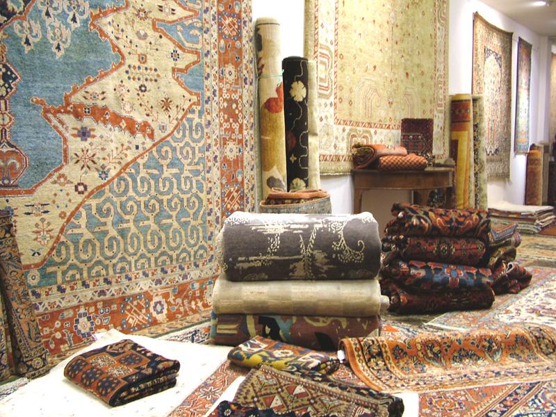 Tappeti esposti nel negozio moranditappeti di parma for Arredare con i tappeti