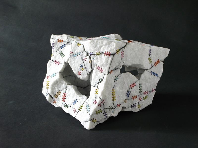 Cubo-rubido-storto-2009-Marmo-ordinario-Nylon-25x28x20cm