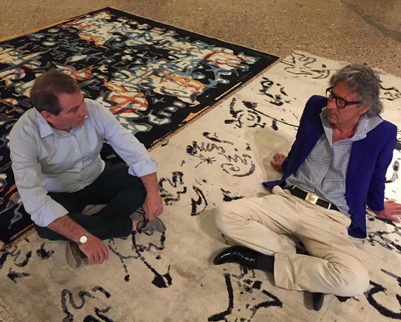 Seduti sui tappeti Splendor ultima creazione dell'artista Fabio Morandi e Marco Nereo Rotelli