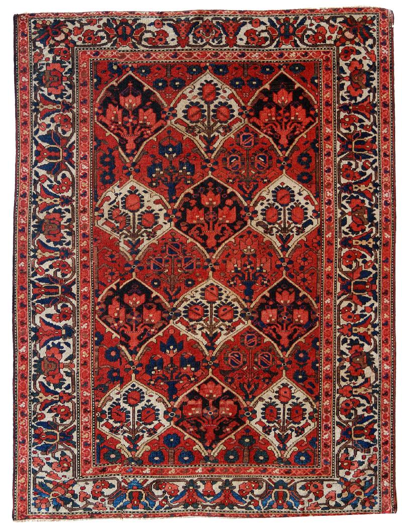 Tappeto persiano Bakhtiari a formelle annodato nella misura Sejadeh con ampia e ricercata bordura chiara e luminosa.